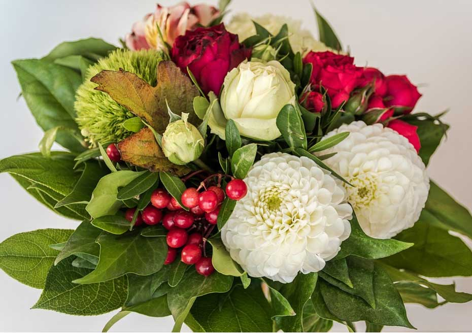 How to put together a mixed floral arrangement for a birthday?